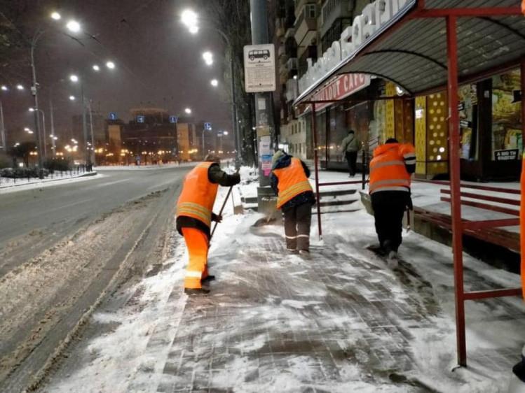 Комунальники прибирають сніг