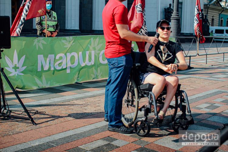 Чоловік в інвалідному візку