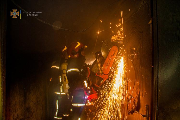 Пожежники вирізають двері квартири